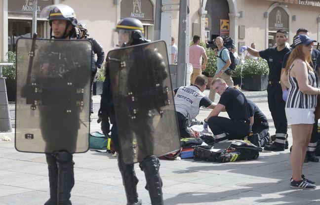 Le SMUR et les pompiers prennent en charge le supporter anglais grièvement blessé à Marseille, le 11 juin 2016.