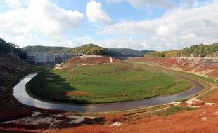Le lac de Guerlédan lors de l'assec. Ici le barrage le 20 octobre 2015.