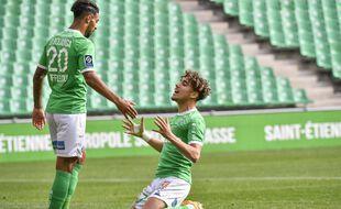 Sous le regard de Denis Bouanga, le milieu offensif Adil Aouchiche vient de gâcher une énorme opportunité d'égaliser, à la 66e minute du match contre Montpellier ce dimanche. PHILIPPE DESMAZES