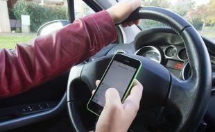 Téléphone au volant (image d'illustration).