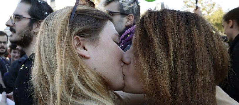 Un couple de femme lors d'une manifestation contre la Manif pour tous en 2016.