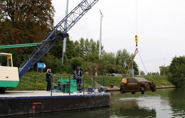 Le bateau grue mis à disposition par VNF.