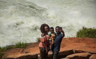 Une famille prend un selfie au bord du Nil en Ouganda (illustration).
