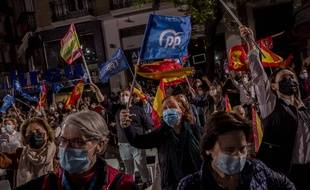 Des partisans du Parti Populaire fêtent devant le siège du parti la victoire d'Isabel Díaz Ayuso, à Madrid le 4 mai 2021.