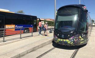 Au terminus du tramway à Pérols, des bus transportent les usagers à la plage