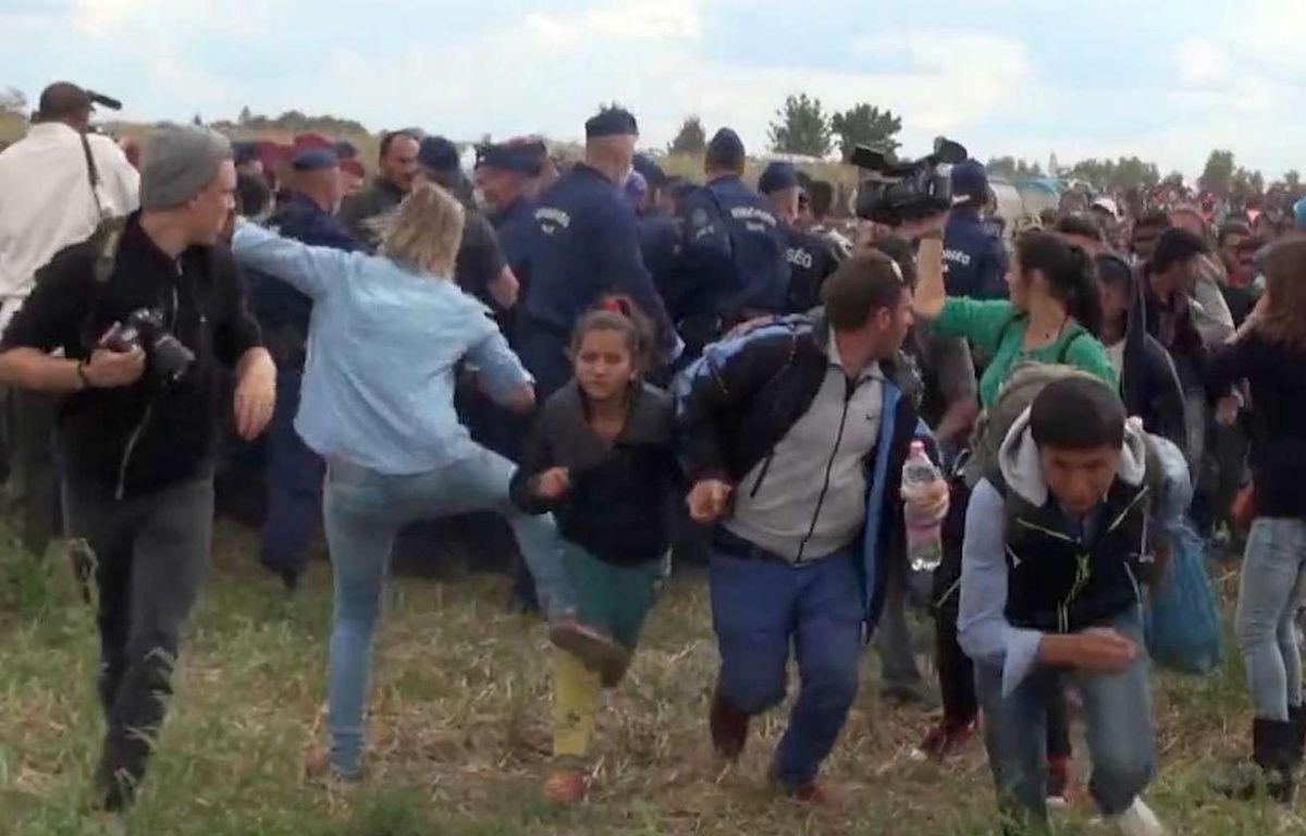 Capture d'une vidéo montrant la journaliste hongroise Petra Laszlo faire un croche-patte à une jeune réfugiée près de laa frontière serbo-hongroise. – AP/SIPA