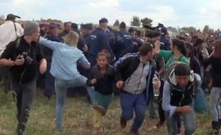 Capture d'une vidéo montrant la journaliste hongroise Petra Laszlo faire un croche-patte à une jeune réfugiée près de laa frontière serbo-hongroise.