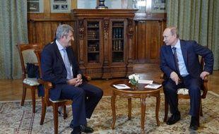Le président russe Vladimir Poutine s'entretient avec l'eurodéputé français Philippe de Villiers en Crimée, le 14 août 2014