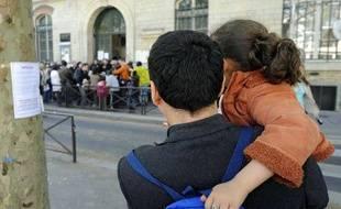 Rassemblement devant l'école de la rue Belliard, à Paris (18e), où une fillette a été hospitalisée, par crainte qu'elle ne soit atteinte de la grippe mexicaine(30 avril 2009).