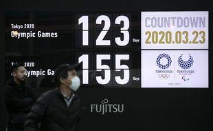 Un panneau affiche le compte à rebours avant les Jeux olympiques et paralympiques de Tokyo, le 23 mars 2020.