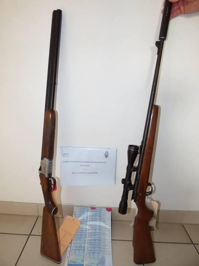 Deux carabines ont été saisies avec la drogue.