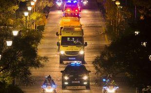 Le convoi sanitaire transportant l'aide-soignante espagnole qui a contracté le virus Ebola, le 7 octobre 2014 à Madrid, en Espagne.