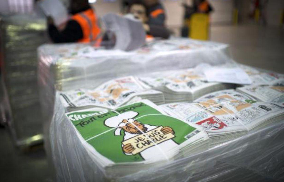 """Des exemplaires du """"numéro des survivants"""" de Charlie Hebdo, le 13 janvier 2015 – Martin Bureau AFP"""