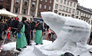 Des artistes sculptent un ours polaire en glace pour attirer l'attention sur le réchauffement climatique, enjeu majeur du somme de Copenhague qui s'ouvre le 7 décembre 2009 dans la capitale danoise.