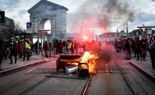 Des gilets jaunes lors d'une manifestation à Bordeaux le 2 février, pour l'acte 12.