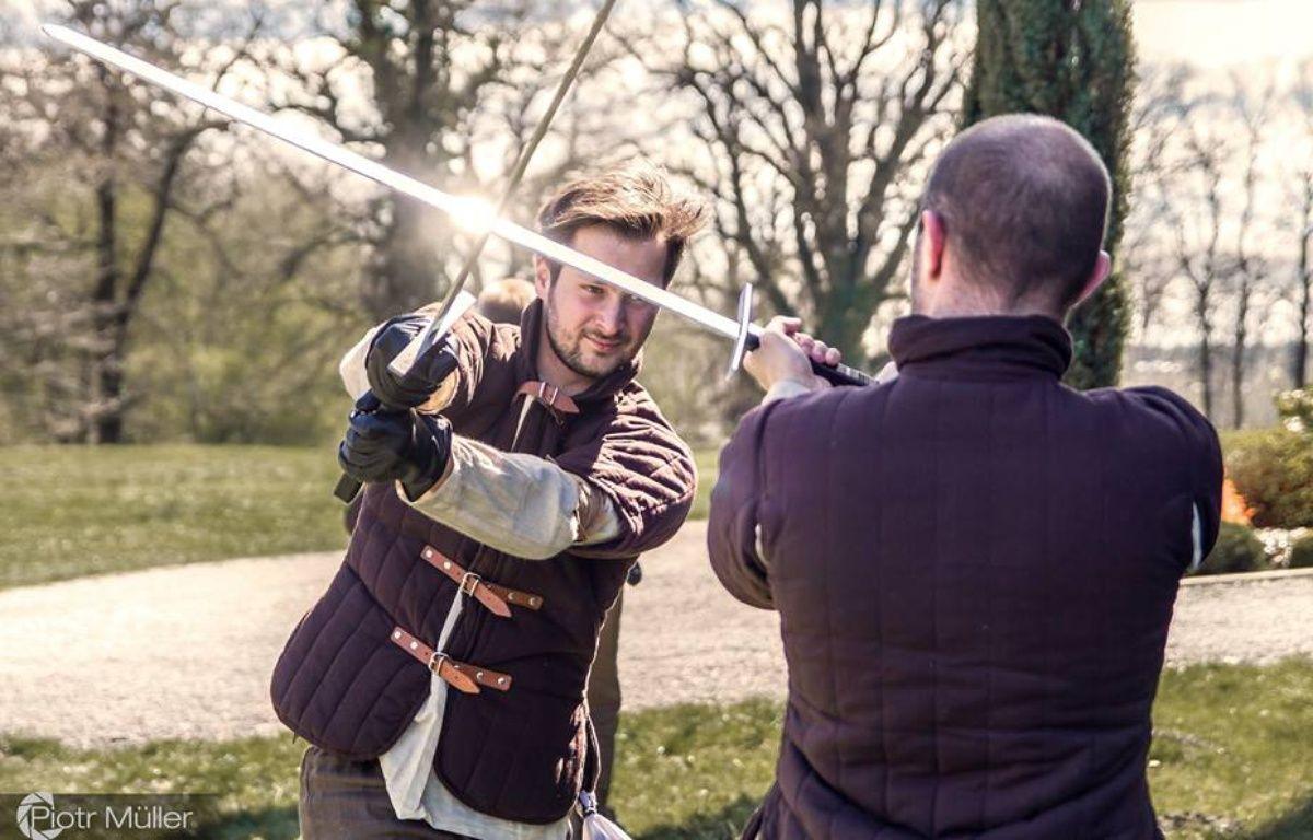 Parmi les activités, les joueurs apprennent le maniement de plusieurs armes dont l'épée grâce à des professionnels.  – Piotr Muller