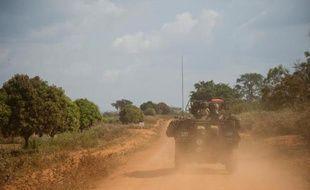 """L'armée française a renforcé samedi dans l'urgence son dispositif en Centrafrique, avec l'arrivée de renforts terrestres dans l'ouest et un dispositif musclé à Bangui, chargés désormais en priorité de désarmer """"milices et groupes armés""""."""