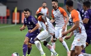 L'attaquant du TFC Corentin Jean isolé face aux défenseurs de Montpellier, le 27 octobre 2018 au Stadium de Toulouse.