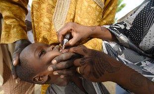 Un enfant se fait vacciner contre la polio à Hotoro-Kudu, au Nigeria, le 22 avril 2017.