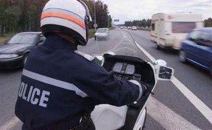 Un motard de police  lors d'un contrôle routier. Illustration.