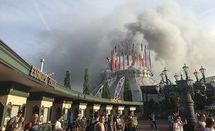Une colonne de fumée s'élève d'un entrepôt en flammes au-dessus du parc d'attractions Europapark à Rust, dans le sud de l'Allemagne, le 26 mai 2018.