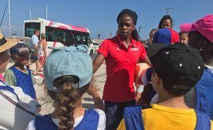 Le meneuse de l'équipe de France Olivia Epoupa face à ses petits supporters antibois.