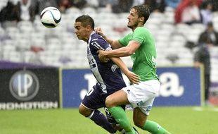 L'attaquant du TFC Wissam Ben Yedder à la lutte avec le milieu stéphanois Jérémy Clément lors du match de Ligue 1 entre Toulouse et Saint-Etienne, le 9 août 2015.