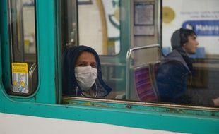 Un usager du métro parisien portant un masque. (Illustration)