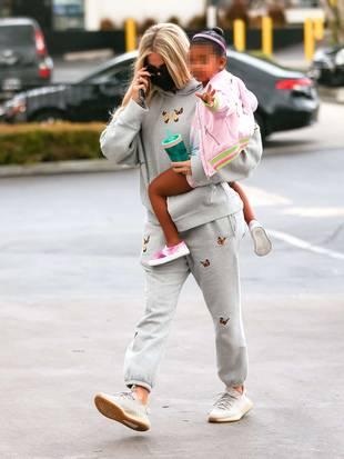 Khloe Kardashian et sa fille True Thompson, le 18 octobre, à Los Angeles.