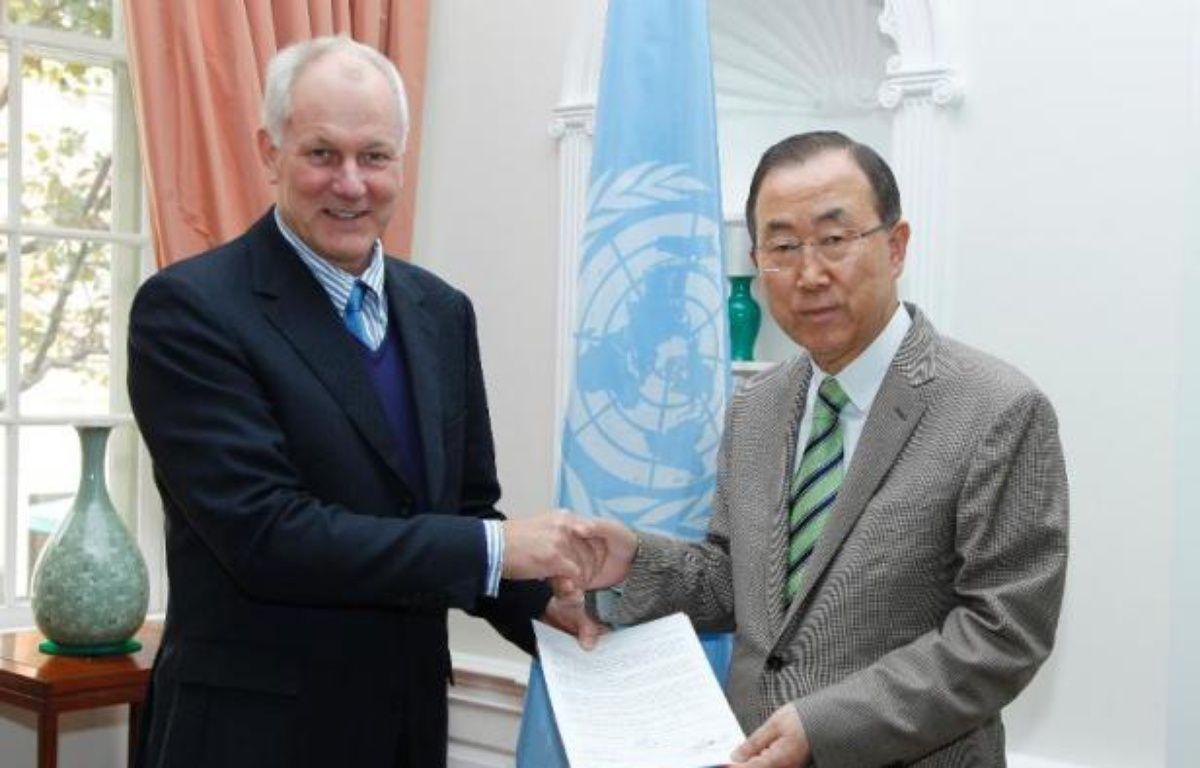 Photo fournie par l'ONU du professeur Aake Sellström (g) remettant un rapport sur l'utilisation d'armes chimiques en Syrie au secrétaire général de l'ONU Ban Ki-moon, le 15 septembre 2013 à New York – Paulo Filgueiras ONU