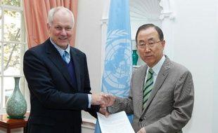 Photo fournie par l'ONU du professeur Aake Sellström (g) remettant un rapport sur l'utilisation d'armes chimiques en Syrie au secrétaire général de l'ONU Ban Ki-moon, le 15 septembre 2013 à New York