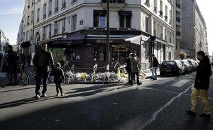 Le dimanche 22 novembre 2015, devant le restaurant Casa Nostra où cinq personnes ont été tuées dans une attaque terroriste, le 13 novembre 2015.