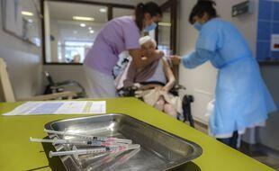 Pendant une vaccination dans un Ehpad. (illustration)