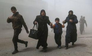 Des Syriens s'enfuient après des bombardements mardi 4 avril 2017, alors que l'opposition syrienne accuse le régime de Bachar Al-Assad d'avoir envoyé des armes chimiques sur les civils.