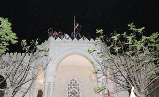 Les six monarchies arabes du Golfe ont décidé de fermer leurs ambassades à Damas pour signifier leur rejet de la poursuite de la répression dans ce pays, a annoncé tôt vendredi le secrétaire général de leur organisation régionale, le Conseil de coopération du Golfe