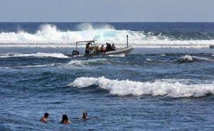 Deux bateaux de pêche devaient sortir en mer vendredi après-midi à la Réunion pour une première pêche au requin organisée après une série d'attaques contre les surfeurs, a-t-on appris auprès de la préfecture.