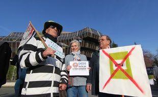 Des militants anti Linky réunis devant le tribunal correctionnel de Rennes le 18 avril 2018 en marge d'une audience en référé.