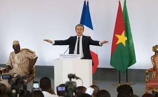Emmanuel Macron lors de la conférence de presse mouvementée de l'université de Ouagadougou le 28 novembre 2017.