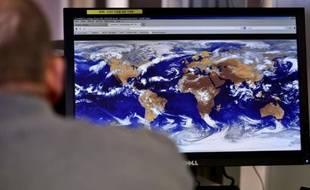 """Un technicien travaille au centre de météorologie spatiale"""" à Lannion, dans les Côtes-d'Armor, le 30 septembre 2015"""