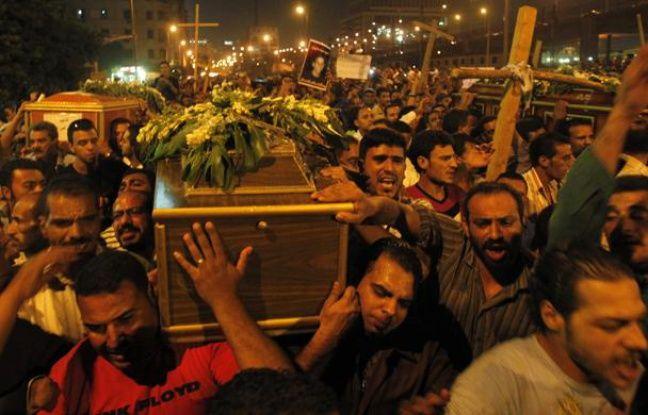 Des chrétiens coptes égyptiens lors des funérailles de victimes de la répression sanglante de l'armée après une manifestation, le 10 octobre 2011.