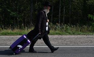 Une pèlerin bloqué à la frontière ukraino-biélorusse, avc sa valise, le 17 septembre 2020.