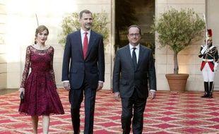La reine Letizia, le roi Felipe VI d'Espagne et le président François Hollande à l'Elysée, le 2 juin 2015 à Paris