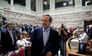 """Le Premier ministre grec Antonis Samaras a fustigé mardi ceux qui """"sapent"""" les efforts des Grecs pour """"rester debout"""" et se maintenir dans la zone euro, et a estimé que la relance n'était pas attendue avant 2014."""