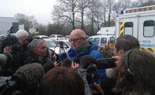 Un des témoins interrogé, mardi midi, par les journalistes.