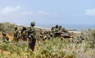 Des soldats de l'Amisom sur une colline en face de Barawe, un fief des islamistes shebab, le 5 octobre 2014 en Somalie