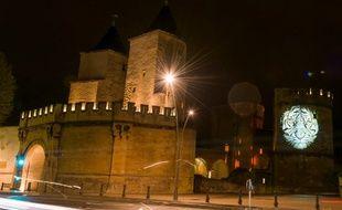 L'image d'un tigre s'affiche sur la Porte des Allemands à Metz,avant la venue dans la ville du G7 de l'environnement. C'est l'une des parties de l'installation vidéo de l'artiste Julien Nonnon, sur les espèces en dangers, programmée pour l'événement.