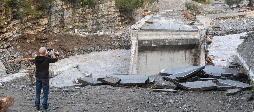 Le Pont de Pertus entre Piene et Breil sur Roya couper en deux par la tempête Alex (Illustration)