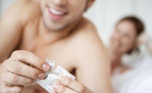 Illustration d'un couple utilisant un préservatif.