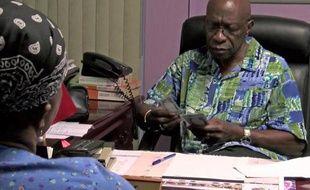 Une capture d'écran montrant l'ancien vice-président de la Fifa Jack Warner donnant de l'argent à un supporter à Chaguanas, Trinidad et Tobago, le 6 juin 2015