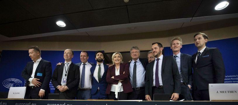 Marine Le Pen pose avec des eurodéputés d'extrême-droite après sa conférence de presse au Parlement européen, jeudi 13 juin 2019 à Bruxelles.
